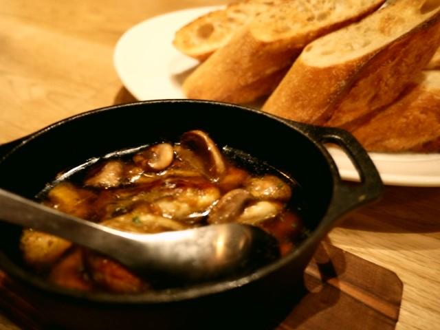 原宿 表参道 よなよなビアワークス 広島産牡蠣とマッシュルームの鉄板アヒージョ 广岛牡蛎
